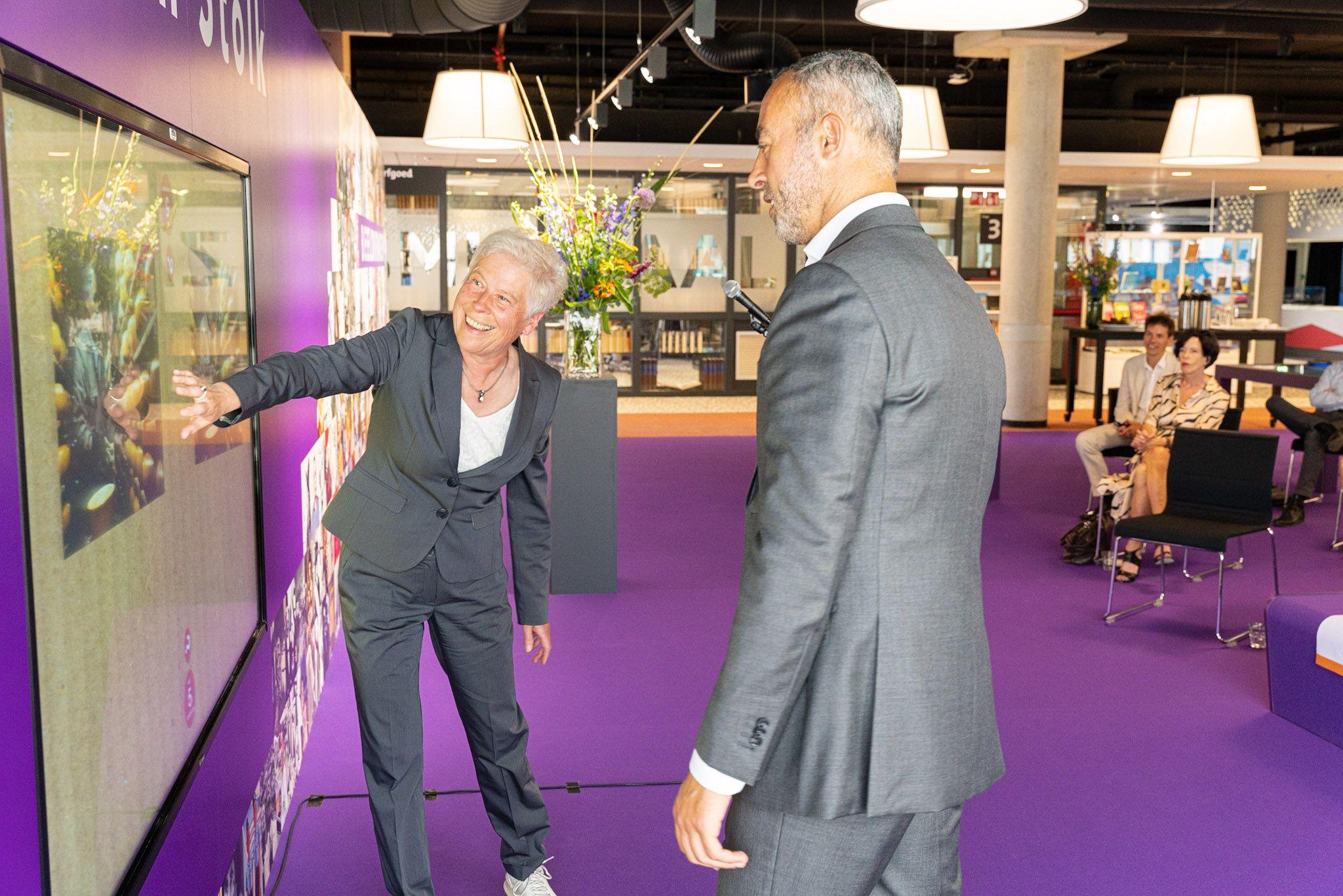 Lina van der Wolde, directeur Atlas van Stolk, met Wethouder Cultuur, Onderwijs en Toerisme Said Kasmi